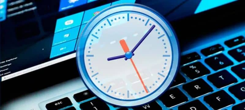 How to Customize and Change Clock Color in Windows 10 Easily