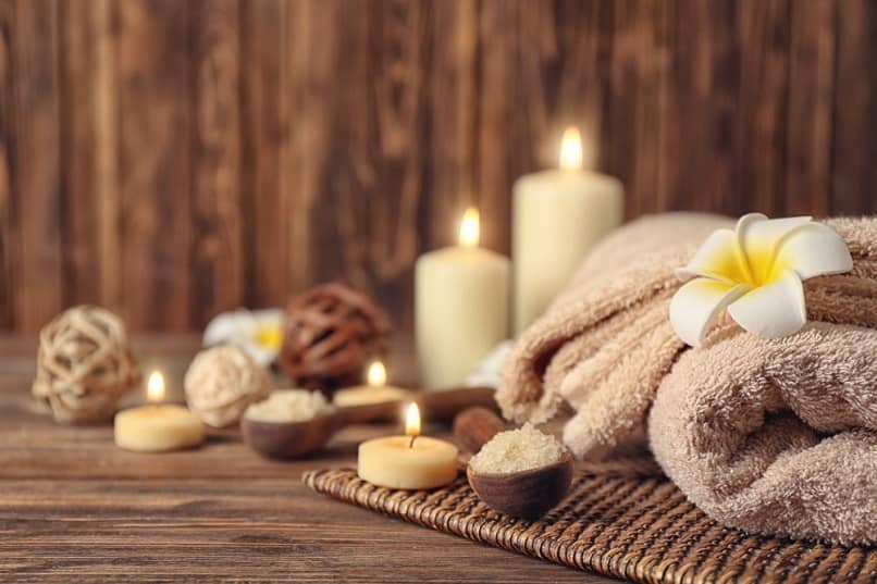 candles and flowers to decorate spa spaces