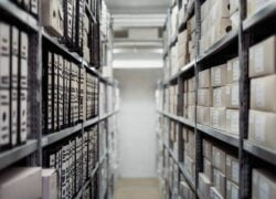What are the Advantages and Disadvantages of a Centralized and Decentralized Warehouse?
