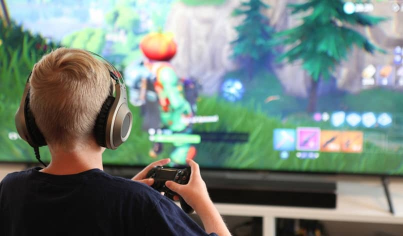 gamer in front of the tv with headphones and control