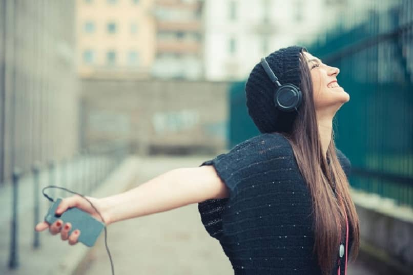 woman listening to music from itunes