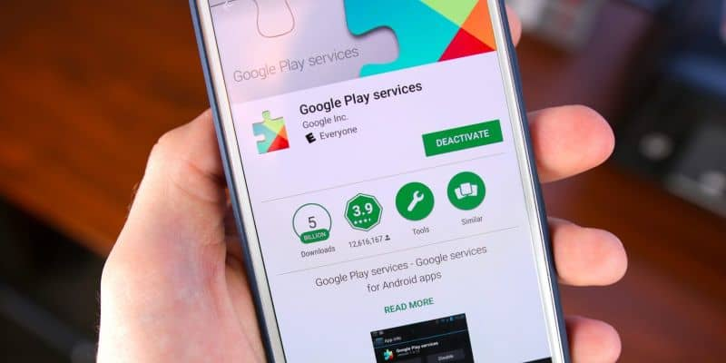Mobile in hand to update the Google Play Store