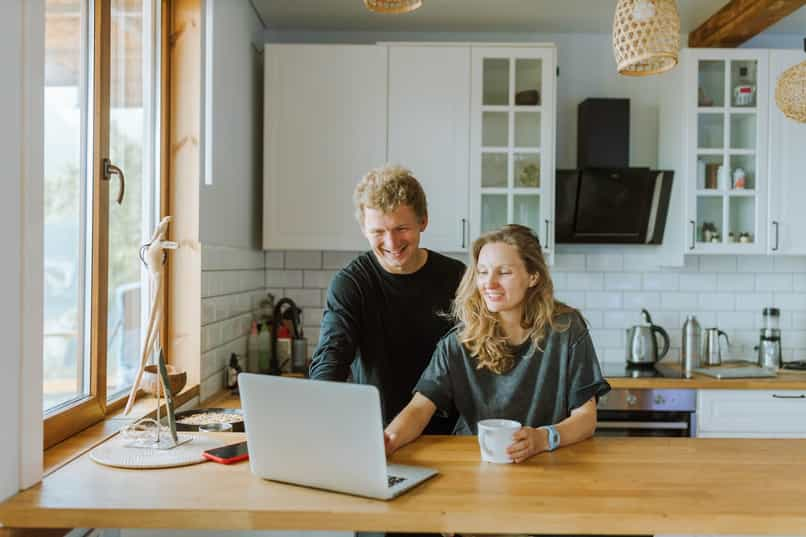 couple learn to download in install messenger lite on pc
